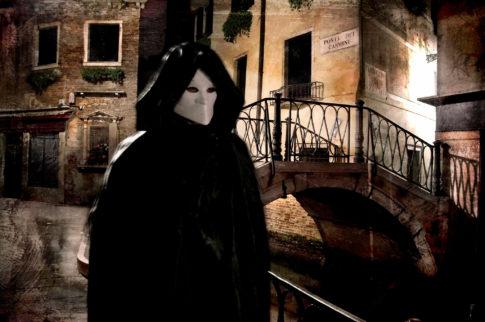 Máscara caminando venecia