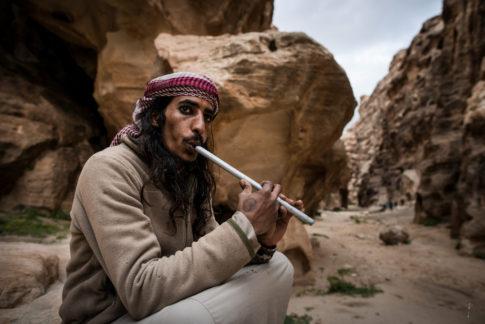 Nomada tocando la flauta en wadi rum